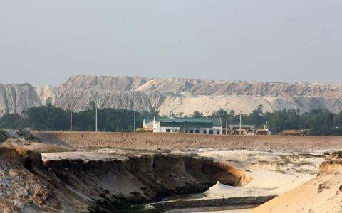 Những hố sâu để lại sau khi công ty cổ phần sắt Thạch Khê bóc đất tầng phủ. Những núi cát nay cũng đã bị doanh nghiệp khai thác, bán đi số lượng lớn, không thể hoàn thổ