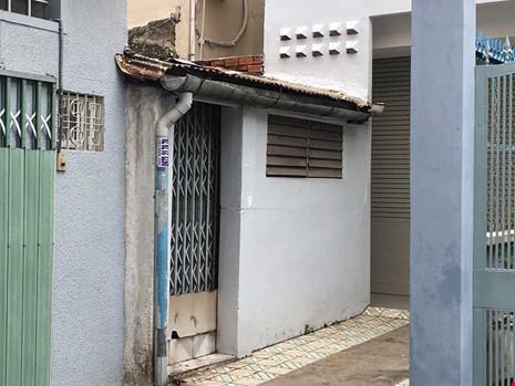 Công trình 489A/21/15 Huỳnh Văn Bánh, phường 13, quận Phú Nhuận, TP.HCM bị thu hồi giấy phép xây dựng vì quận cho rằng có một phần đất trên cống. Ảnh: CẨM TÚ