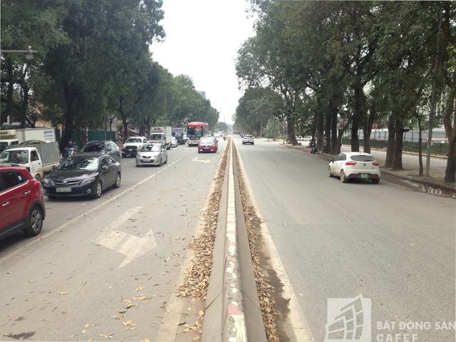Đường Phạm Văn Đồng có lưu lượng xe tải và xe khách đi lại khá thường xuyên.