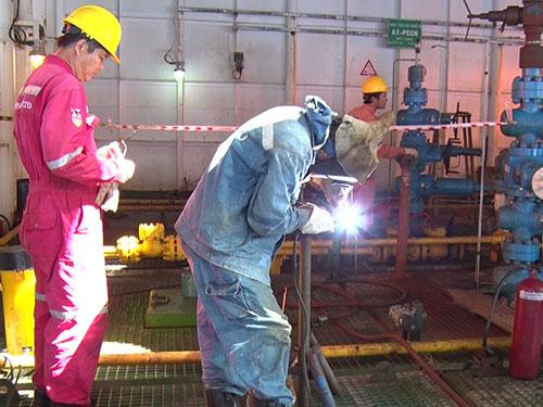 Công nhân làm việc trên mỏ Thỏ Trắng ngoài khơi biển Vũng Tàu - Ảnh: BÍCH NGỌC