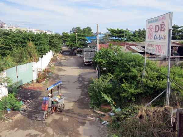 Hàng trăm ngàn m2 đất công cộng, sát tường rào dự án nhà ở Him Lam, phường Tân Hưng, đã được hợp thức hóa sai đối tượng bằng 300 phôi sổ đỏ. Ảnh: Giáng Thăng