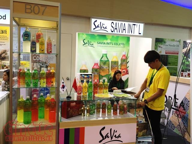 Doanh nghiệp đồ uống Hàn Quốc giới thiệu sản phẩm tại một hội chợ thương mại.