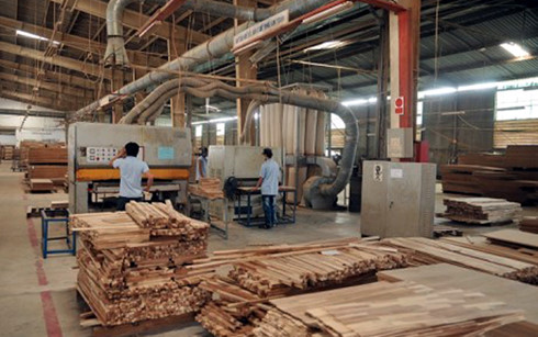 Hình thức sản xuất nhỏ lẻ, thiếu liên kết đang là hạn chế rất lớn cho ngành chế biến gỗ. (Ảnh minh họa: KT)