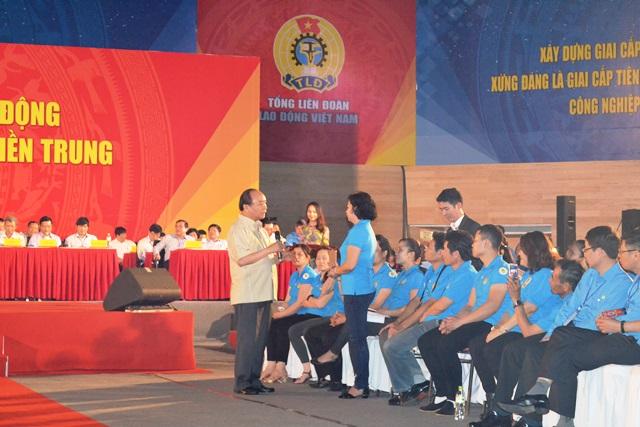 Thủ tướng thân thiện đối thoại trực tiếp với công nhân miền Trung