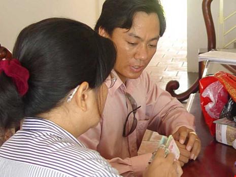 Khách hàng đang giao dịch mua bán đất nền ở huyện Bình Chánh,TP.HCM. Ảnh: HTD