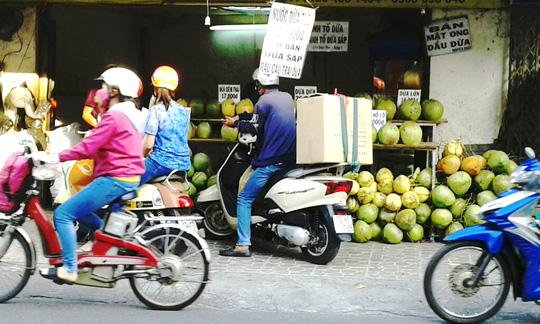 Nhu cầu tiêu dùng cao nên các cửa hàng bán dừa luôn tấp nập người mua.