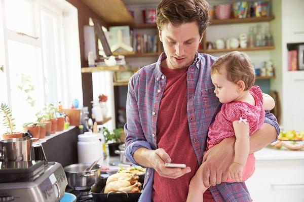 Sự tập trung của bố mẹ có thể ảnh hưởng rất lớn đến sự phát triển khả năng tập trung của trẻ (Ảnh minh họa).
