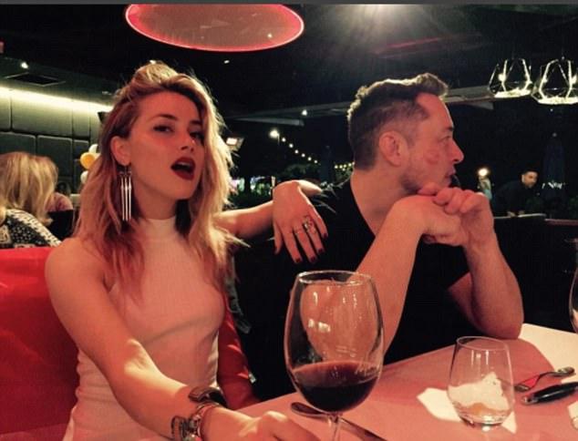 Nữ diễn viên Amber Heard chia sẻ bức ảnh chụp cùng tỷ phú Elon Musk trên trang Instagram cá nhân