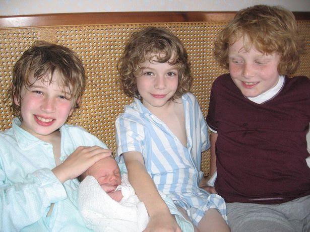 Cặp song sinh được phát hiện mắc bệnh tự kỷ năm 3 tuổi, trong khi 2 em được phát hiện mắc bệnh tự kỷ từ 2 tuổi.