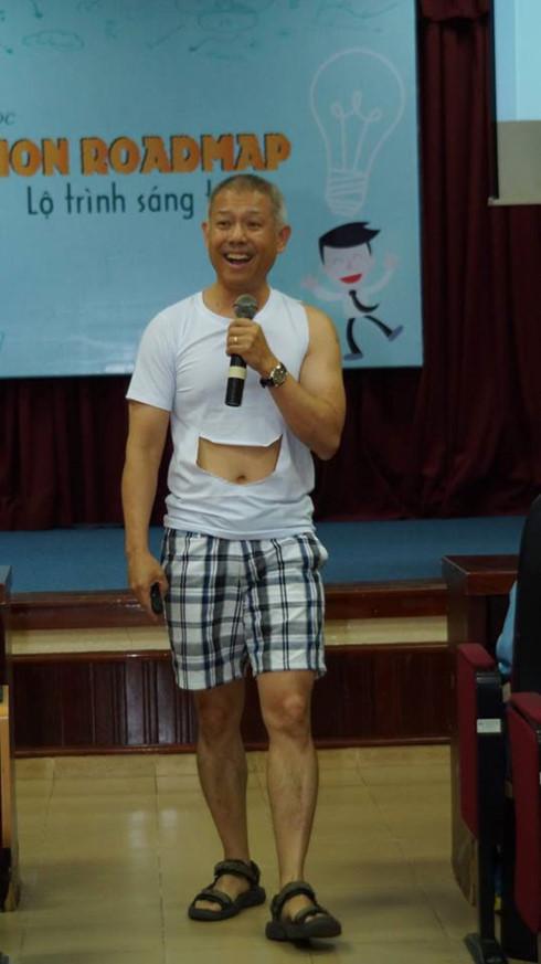 Hình ảnh giáo sư Trương Nguyện Thành, Phó Hiệu trưởng ĐH Hoa Sen mặc quần đùi, áo may ô giảng dạy lan truyền trên mạng xã hội gây tranh cãi trong những ngày qua