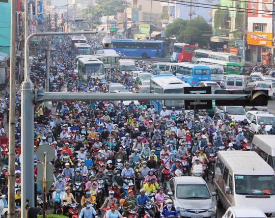 Tình hình ùn tắc giao thông tại TP HCM ngày càng nghiêm trọng.