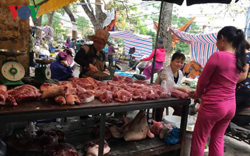 Lợn hơi giá rẻ như bùn, song, giá lợn thịt trên thị trường vẫn thế