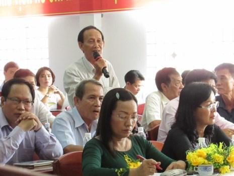 Cử tri Nguyễn Hữu Hải phát biểu ý kiến tại buổi tiếp xúc với ĐBQH ngày 28-4. Ảnh: N.NAM