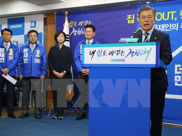 Ứng cử viên Tổng thống Hàn Quốc Moon Jae-in - bên phải. (Ảnh: EPA/TTXVN)
