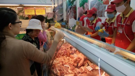 Mấy ngày gần đây, nhiều siêu thị  đã bắt đầu giảm giá thịt heo bán lẻ