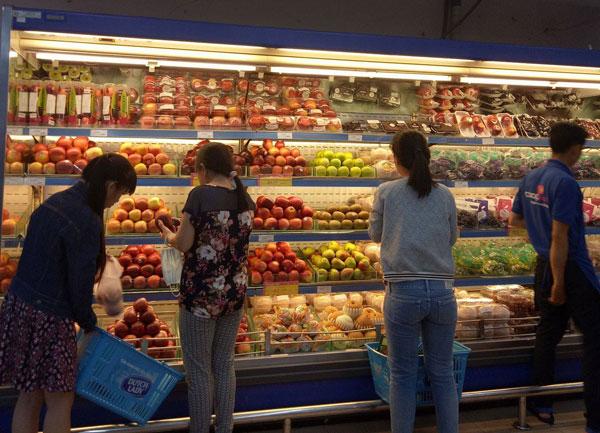 Trái cây ngoại được bày bán trong siêu thị.