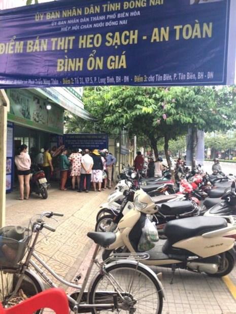 Người dân đến mua thịt heo tại điểm bán giải cứu rất đông