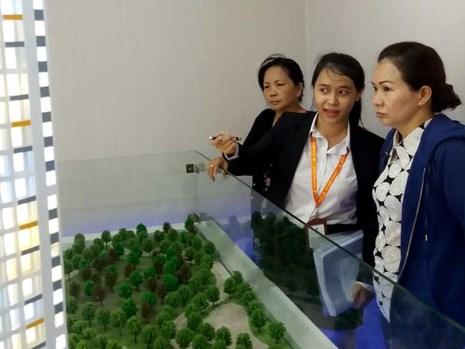 Khách hàng đang tìm mua căn hộ tại một dự án ở TP.HCM. Ảnh: HTD