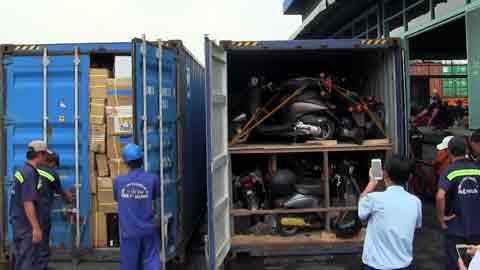 Hàng hoá là xe gắn máy, thiết bị điện tử đã qua sử dụng bị cơ quan chức năng kiểm tra phát hiện trong 2 container