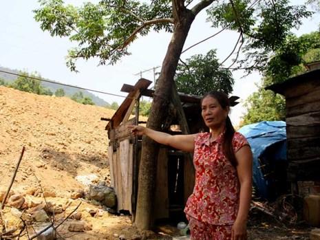 Bà Võ Thị Bưởi, 50 tuổi, chỉ khu đất để xây dựng khu tái định cư mới hiện đang bị bỏ hoang. Ảnh: N.TRI