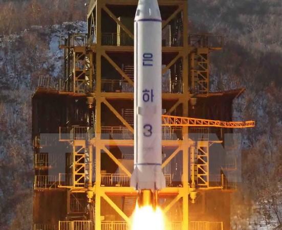 Tên lửa Unha-3 rời bệ phóng ở trung tâm phóng vệ tinh Sohae thuộc Cholsan, tỉnh Bắc Pyongan của Triều Tiên. (Nguồn: EPA/TTXVN)