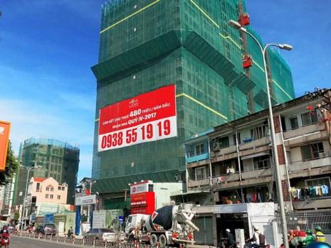 Nhiều giấy tờ khác không phải là giấy chứng nhận quyền sử dụng đất vẫn được chấp nhận để được cấp phép xây dựng. (Một cao ốc đang được xây dựng ở quận Phú Nhuận, TP.HCM)
