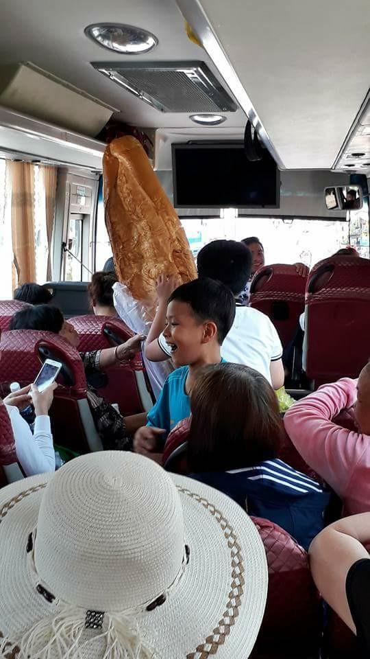 Nhiều người thích thú khi mua được chiếc bánh mì khổng lồ. Ảnh: Facebook