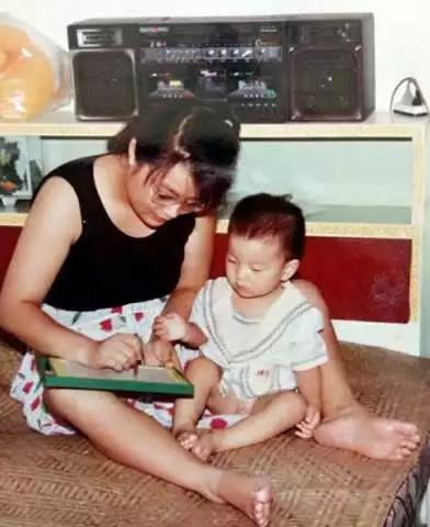 Bà Hongyan kiên trì dạy con vượt qua những trở ngại về thể chất.