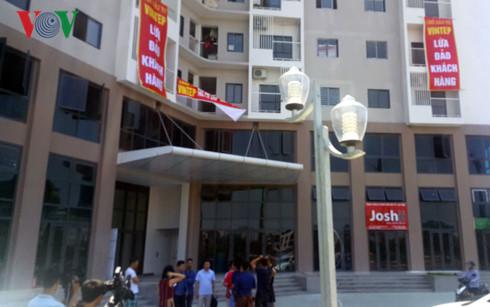 Nhiều băng zon của cư dân tố chủ đầu tư lừa đảo treo khắp tòa nhà dự án Happy Star Tower.