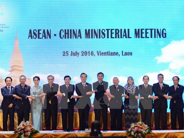 Thông qua Tuyên bố chung ASEAN-Trung Quốc về thực hiện đầy đủ và hiệu quả Tuyên bố về cách ứng xử của các bên trên Biển Đông (DOC) tại Hội nghị Bộ trưởng Ngoại giao ASEAN-Trung Quốc tháng 7/2016. (Nguồn: THX/ TTXVN)