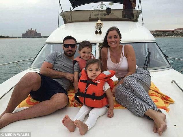 Chị Clare Fisher và chồng đã cùng các con bỏ việc, bỏ quê hương để đi chu du thế giới.