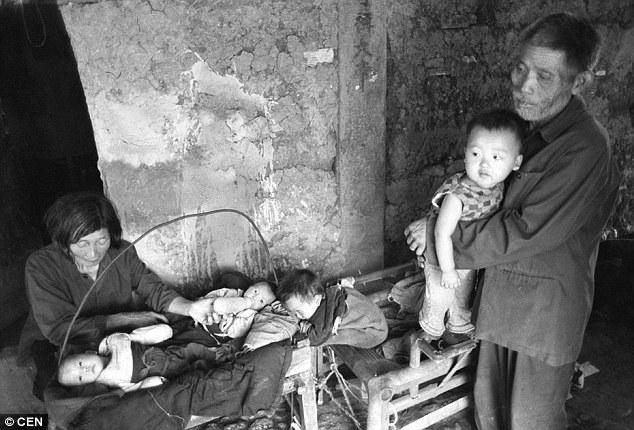 Bà Tiểu Anh, chồng quá cố và những đứa trẻ được nhặt về (Ảnh: Internet).