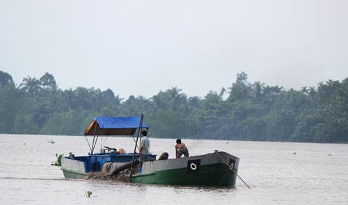 Người dân đang khai thác cát lậu trên thuyền