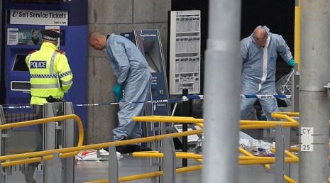 Lực lượng cứu hộ và khẩn cấp xử lý hiện trường vụ đánh bom đêm 22-5 tại nhà thi đấu Manchester. Ảnh: RT