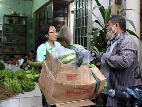 Thành viên của Hội quán các bà mẹ tham gia giải cứu chuối giúp người dân Đồng Nai. Ảnh: T.TUYỀN