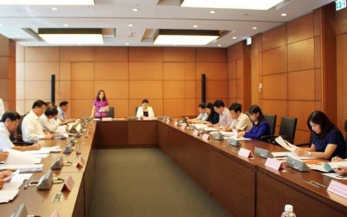 Các đại biểu Quốc hội đoàn Cần Thơ, Ninh Bình, Phú Thọ và Bình Thuận thảo luận tại Tổ 11 chiều 25/5