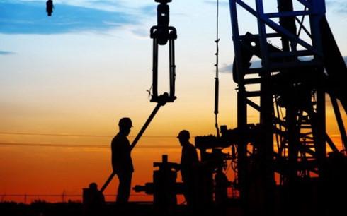 Chính việc cắt giảm sản lượng dầu khai thác của OPEC đã thúc đẩy các nhà sản xuất dầu từ đá phiến ở Mỹ gia tăng khai thác, khiến cho lượng dự trữ dầu thô toàn cầu vẫn không giảm. Ảnh: BQ Magazine.