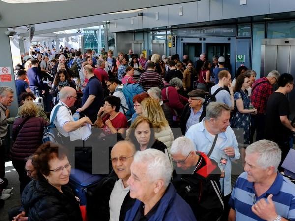 Hành khách bị mắc kẹt tại sân bay Heathrow sau khi hãng British Airways buộc phải hoãn tất cả các chuyến bay theo dự định. (Nguồn: EPA/TTXVN)