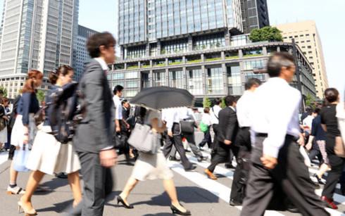 Công nhân, viên chức lao động Nhật Bản đi làm tại quận Marunouchi, trung tâm thủ đô Tokyo sáng 30/5. Ảnh: Nikkei
