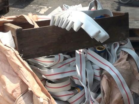 Lô hàng bao gồm những thiết bị điện, điện tử, gia dụng cũ bị lực lượng chức năng phát hiện. Ảnh: Nguyễn Tân