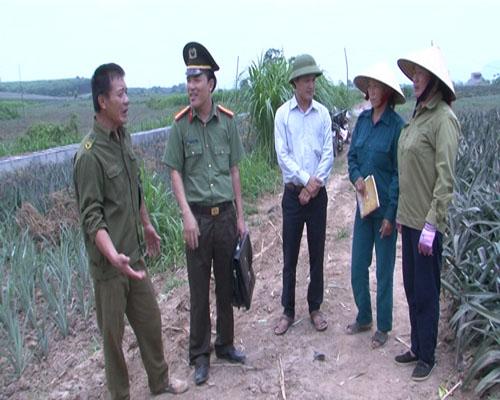 Công an huyện Yên Định xuống tận các hộ trồng dứa để tuyên truyền, vận động nhân dân chấp hành pháp luật.