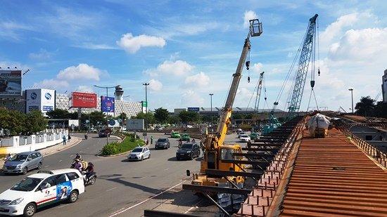 Dự án cầu vượt thép trên đường Trường Sơn vào sân bay Tân Sơn Nhất đang thành hình