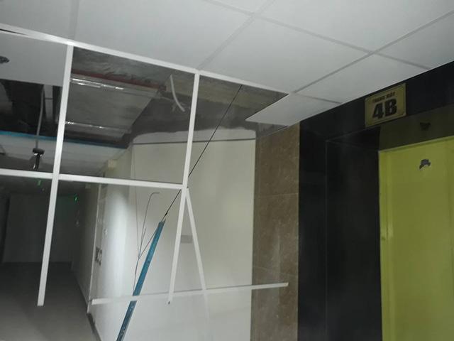 Theo phản ánh của các cư dân Gemek, trần thạch cao hành lang rơi một phần cửa thoát hiểm không đóng khiến gió mạnh lùa vào, một phần do chất lượng xây dựng kém.