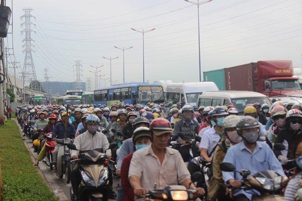 Từ rạng sáng đến trưa nay (7/6), các tuyến đường cửa ngõ hướng vào cảng Cát Lái (Q.2, TPHCM) xảy ra cảnh ùn tắc nghiêm trọng
