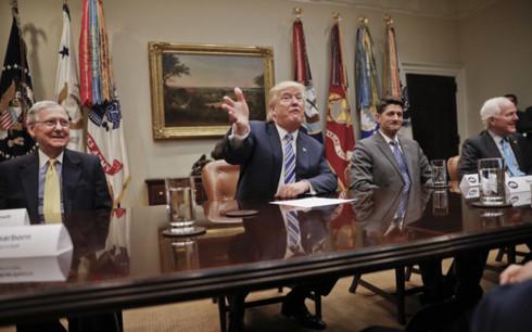 Tổng thống Donald Trump (giữa) trong cuộc họp với lãnh đạo Hạ viện và Thượng viện Mỹ ngày 6/62017. Ảnh: AP.