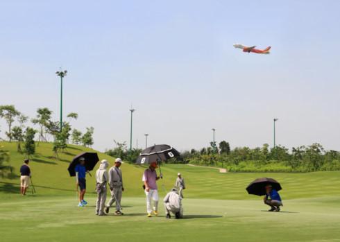 Khách chơi golf trong khi máy bay lên xuống liên tục tại sân bay Tân Sơn Nhất (TP.HCM) - Ảnh: VÂN TRƯỜNG
