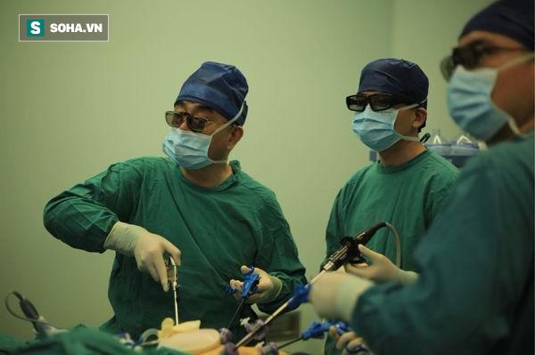 Giáo sư Phó Truyền Cương trực tiếp phẫu thuật.