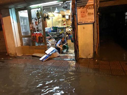 Chỉ một cơn mưa lớn, nhiều nhà dân trên đường Nguyễn Sơn, quận Long Biên, TP Hà Nội bị ngập nặng