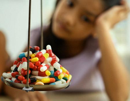 Các chuyên gia y tế khuyến cáo rằng, sử dụng nhiều những loại thuốc có chứa thành phần quinolon, aminoglucosides sẽ tăng nguy cơ hư thận, thậm chí có khả năng dẫn đến suy thận. (Ảnh minh họa).