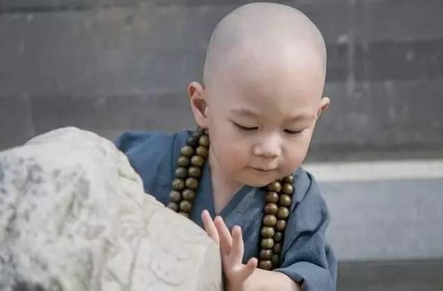 Vâng lời sư phụ, vừa rạng sáng hôm sau, tiểu hòa thượng đã ôm tảng đá lớn, mang ra chợ bán (Ảnh minh họa)